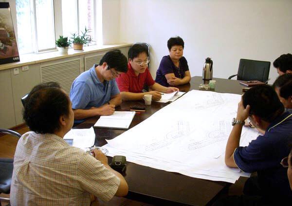 设计师与客户商讨方案